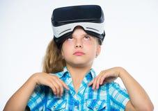 学校学生的真正教育 愉快的孩子用途现代技术虚拟现实 得到真正经验 逗人喜爱的女孩 免版税库存图片
