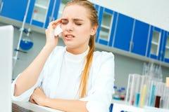 学校实验室工作场所病残的年轻化学老师 免版税库存图片