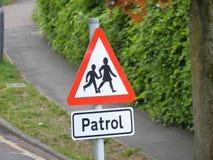 学校巡逻traffice在一条街道的标志警告在英国 免版税库存照片