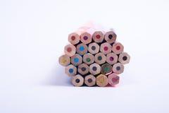 学校开始的概念与一盒五颜六色的铅笔 库存照片