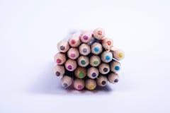 学校开始的概念与一盒五颜六色的铅笔 免版税库存图片