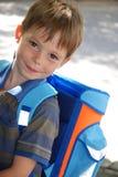学校开始,男孩他的第一天在学校 库存图片