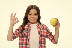 学校快餐概念 健康营养饮食 苹果计算机维生素快餐 女孩逗人喜爱的长的卷发举行苹果果子白色 免版税库存图片