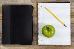 学校或办公室的简单的辅助部件土气木板的 免版税库存照片