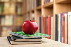 学校教师` s书桌 免版税图库摄影