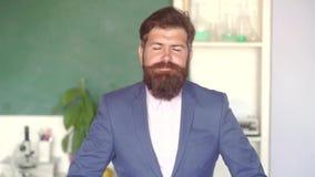 学校教训的有胡子的教授在书桌在教室 E 学习在学校的严肃的男生 ?? 股票录像
