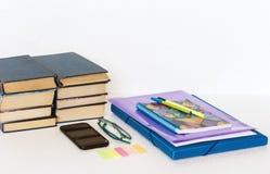 学校文具辅助部件-笔记本,习字簿,塑料文件夹,笔,玻璃,纸夹,贴纸,笔记薄,智能手机 免版税库存照片