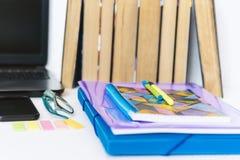 学校文具辅助部件-笔记本,习字簿,膝上型计算机,塑料文件夹,笔,玻璃,纸夹,贴纸,笔记薄, 免版税图库摄影