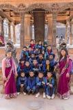 学校旅行的年轻尼泊尔学生到Bhaktapur 免版税图库摄影