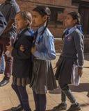 学校旅行的年轻尼泊尔学生到Bhaktapur 免版税库存图片