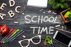 学校时间,在一个黑暗的校务委员会,一个木选项的题字 库存图片