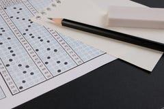 学校检查答案纸和笔 标准测试形式或答案纸 在铅笔的答案纸焦点 免版税图库摄影