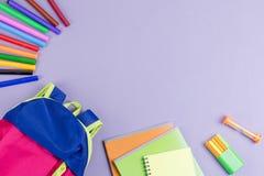 学校概念舱内甲板位置 哄骗背包,笔记本,在木桌面上的标志 库存图片