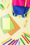 学校概念舱内甲板位置 哄骗背包,笔记本,在木桌面上的标志 库存照片