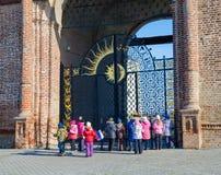 学校游览在喀山克里姆林宫 免版税图库摄影