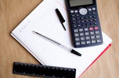 ?? 学校演算 两和四 Bugtery笔记本 工作的办公室在办公室 i 笔,铅笔,统治者 免版税库存图片