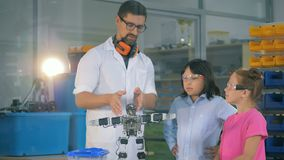 学校理科教员显示聪明的小学生机器人学technolgies