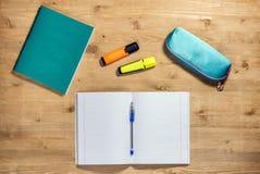 学校用品习字簿的顶视图工作区,案件,笔,苹果,秋天枫叶,在书桌上的标志 免版税库存照片