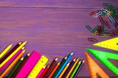 学校用品书写,写作,统治者,在黑板背景的三角准备好您的设计 学校用品顶视图 库存照片