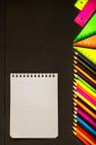 学校用品书写,写作,统治者,在黑板背景的三角准备好您的设计 学校用品顶视图 库存图片