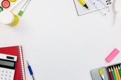 学校用品和工具品种在白色书桌背景 库存图片