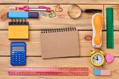学校用品和文具在木背景 库存照片