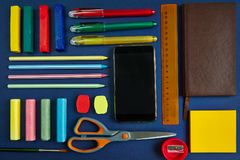学校用品和文具在蓝色背景 库存照片