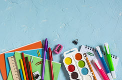 学校用品和辅助部件在蓝色背景 文本的空位 顶视图 图库摄影