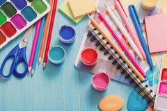 学校用品的汇集在木背景的 免版税库存图片