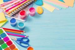 学校用品的汇集在木背景的 免版税库存照片