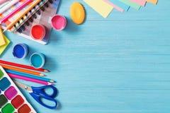 学校用品的汇集在蓝色木背景的 库存照片