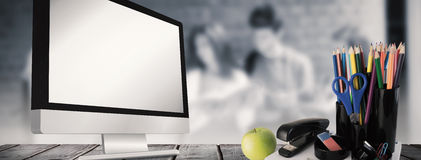 学校用品的综合图象在书桌上的 图库摄影