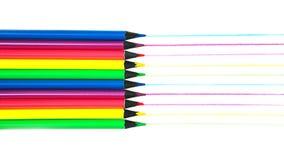 学校用品霓虹颜色铅笔创造性的布局仿造在白色背景的拉长的种族分界线,被隔绝 免版税库存照片