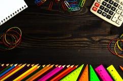 学校用品& x28; 铅笔,笔,统治者, triangle& x29;在黑板bac 库存图片