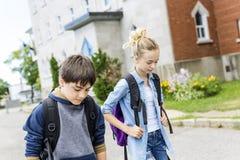 学校画象10年获得的男孩和的女孩乐趣外面 免版税库存照片
