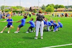 在体育天的小学生 免版税库存照片
