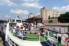 学校的毕业生在莫斯科河的游览中的游船的 免版税库存图片