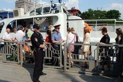 学校的毕业生在莫斯科河的游览中的游船的 库存图片