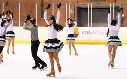 从学校的年轻队滑冰在冰执行在国际杯 库存图片