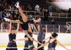 从学校的年轻队滑冰在冰执行在国际杯 免版税图库摄影