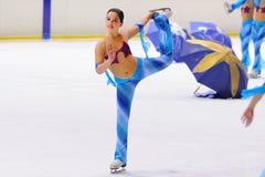 从学校的年轻队滑冰在冰执行在国际杯Ciutat 库存照片