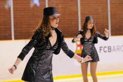 从学校的年轻队滑冰在冰执行在国际杯Ciutat 图库摄影