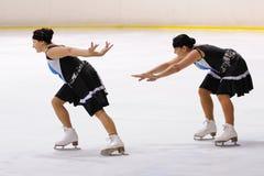 从学校的年轻队滑冰在冰执行在国际杯Ciutat de巴塞罗那 免版税库存图片