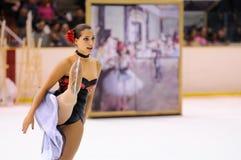 从学校的年轻队滑冰在冰执行在国际杯Ciutat de巴塞罗那 库存图片