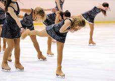 从学校的年轻队滑冰在冰执行在国际杯Ciutat de巴塞罗那 图库摄影