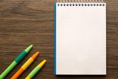 学校笔记本和文具 回到创造性的学校,抽象,概念背景 免版税库存图片
