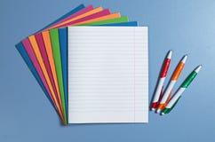 学校笔记本和笔 免版税图库摄影