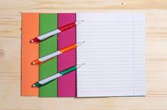 学校笔记本和笔 库存照片
