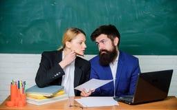学校职员 学校集体和联系在同事之间 专业区别 老师和监督员 库存照片