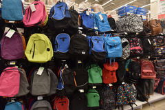 学校背包在商店 图库摄影
